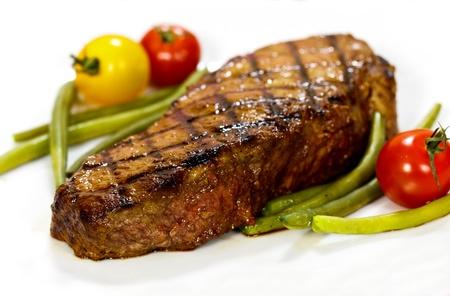 tomate cerise: Steak gastronomique avec tomates cerises, carottes, haricots verts Banque d'images