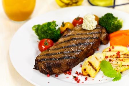 mantequilla: Gourmet Steak con brócoli y tomates cherry Foto de archivo