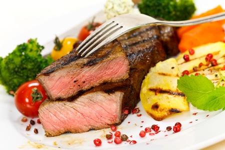 carne asada: Gourmet Steak con br�coli y tomates cherry Foto de archivo