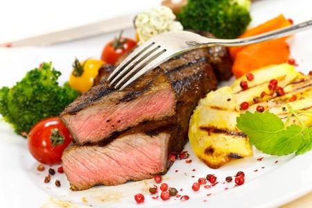 tomate cerise: Steak de charme avec du brocoli, tomate cerise Banque d'images