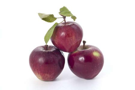 Eigen geteelde rode appels - niet supermarkt - op een witte achtergrond