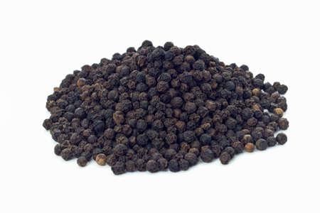 Zwarte peperkorrels op een witte achtergrond Stockfoto