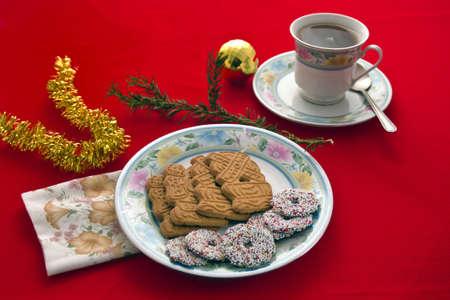 Gekruide Kerst koekjes met drank in CYP en schotel. Stockfoto