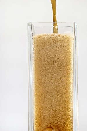 Gieten Cola in om hoge glazen Glas vullen met bubbels