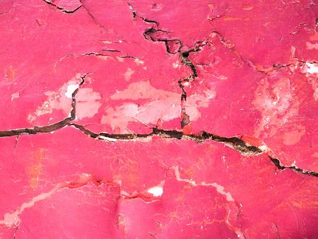 pared rota: La superficie roja del edificio est� agrietada resumen de antecedentes.
