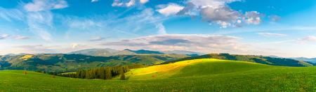 Panorama paysage de montagne des Carpates avec un ciel bleu nuageux en été