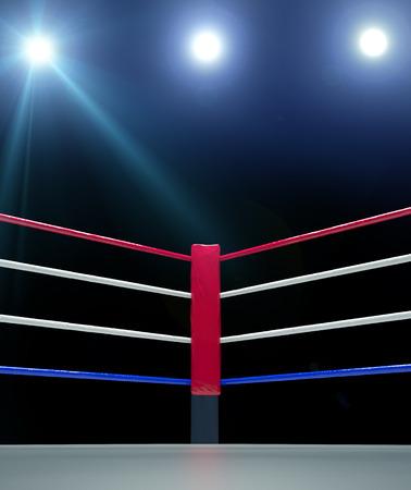 Nahaufnahme von der roten Ecke Boxring von Seilen auf dunklem Hintergrund umgeben up isoliert Standard-Bild