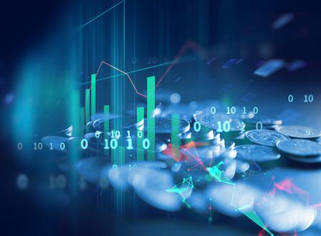 dubbel blootstellingsbeeld van muntstukstapels op achtergrond van de technologie de financiële grafiek. Stockfoto