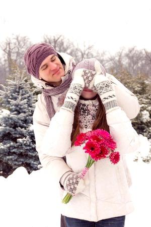 parejas romanticas: Alegre rom�ntica pareja joven y sonriente en el parque en invierno