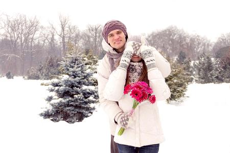 femme romantique: Joyful jeune couple romantique souriant dans le parc en hiver Banque d'images