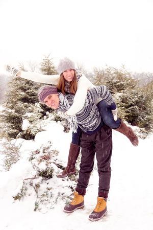parejas romanticas: Pareja feliz en el amor en blanco prendas de vestir exteriores perder el tiempo en el parque en invierno