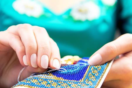 punto de cruz: Manos de mujer  mujer  niña en la tradición azul camisa de bordado bordado bordado adorno en una toalla