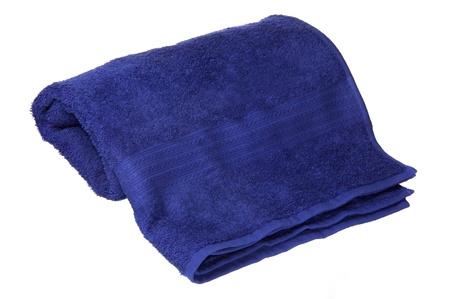 blauwe handdoek opgerold op een witte achtergrond