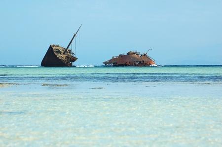 rusty: oxidado barco encallado en la costa de Egipto