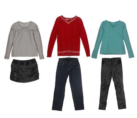 ropa de verano: diferentes tipos de ropa para niños aislados sobre fondo blanco