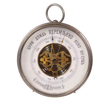 pluviometro: Bar�metro viejo con inscripciones ruso aislados en blanco Foto de archivo