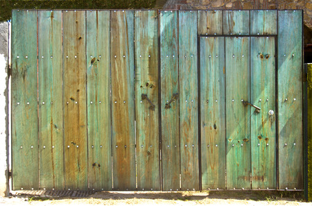Old green wooden gate Imagens