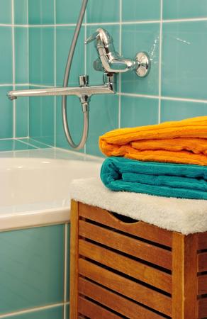 serviettes propres dans la salle de bain en face de robinet photo