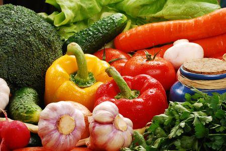 Komposition mit rohem Gemüse