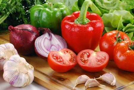 red onion: Composici�n con verduras frescas en el tablero
