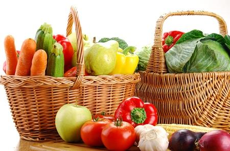 Samenstelling met groenten en rieten mand