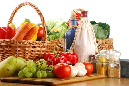 mimbre: Composición con frutas y verduras
