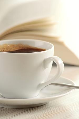 poezie: Samenstelling met kop van koffie en boek op tafel