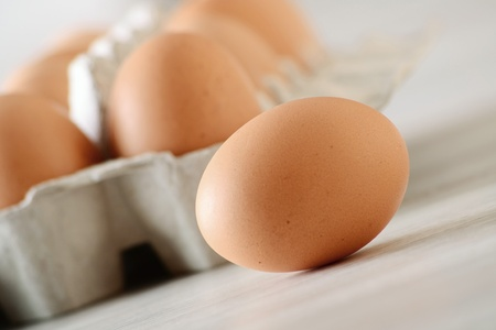 chicken egg: Chicken eggs on kitchen table