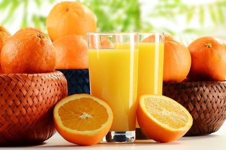 vaso de jugo: Dos vasos de jugo de naranja y frutas