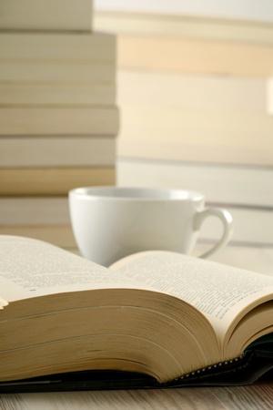 Komposition mit Stapel von Büchern über Tabelle  Standard-Bild - 9303035