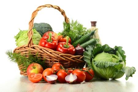 nutrients: Composici�n con verduras crudas y canasta de mimbre aislados en blanco