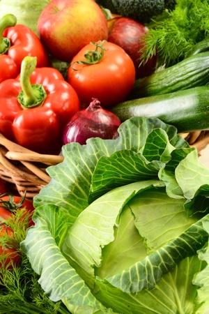 org�nico: Composici�n con verduras crudas y canasta de mimbre