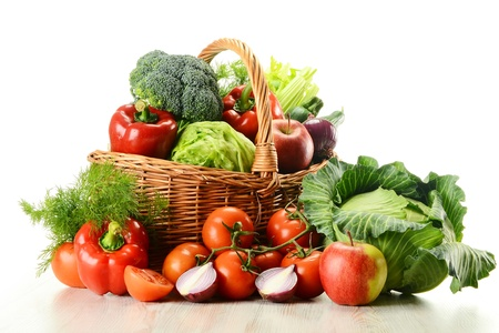 mimbre: Composición con verduras crudas y canasta de mimbre aislados en blanco