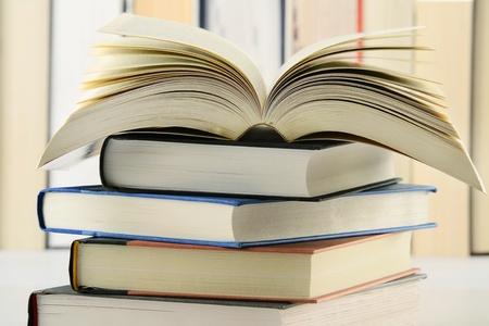 Composici�n con la pila de libros sobre la mesa Foto de archivo - 9367176