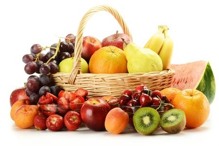 fruitmand: Samenstelling met verscheidenheid van vruchten en rieten mand