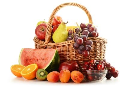 fruitmand: Samenstelling met verscheidenheid van fruit en rieten mand