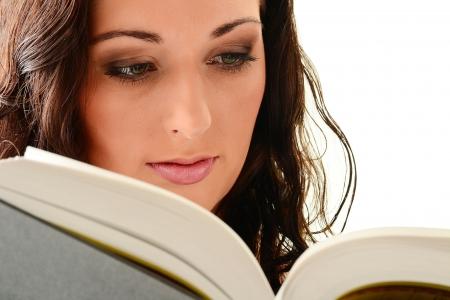 poezie: Jonge vrouw lezen van een boek. Vrouwelijke studnet learnig