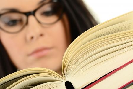 lezing: Jonge vrouw lezend in een boek Stockfoto
