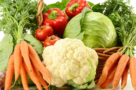 coliflor: Composici�n con verduras crudas y cesta de mimbre