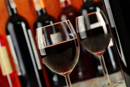 bouteille de vin: Composition avec des lunettes et des bouteilles de vin