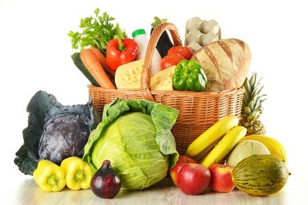 canasta de frutas: Comestibles en canasta de mimbre aislados en blanco