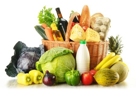 abarrotes: Comestibles en canasta de mimbre aislados en blanco