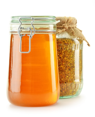 bee pollen: Jar met bijenpollen en pot met honing geïsoleerd op wit. Voedingssupplementen