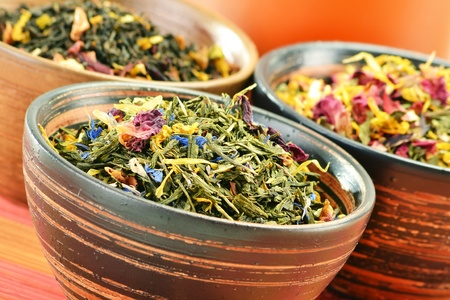 red tea: Composition with tea leaves in bowls