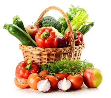 canasta de frutas: Composici�n con verduras y canasta de mimbre aislados en blanco Foto de archivo
