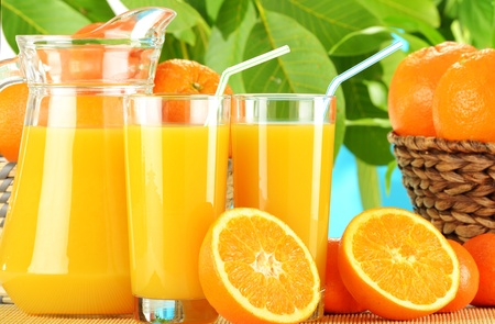 nutrients: Composici�n con dos vasos de jugo de naranja y frutas