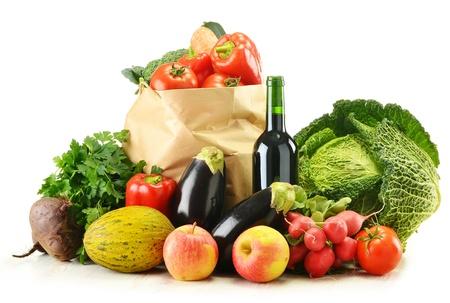 groceries: Composici�n con verduras crudas y bolsa aislados en blanco