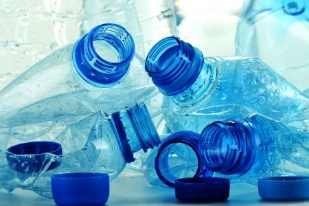 envases plasticos: Composici�n con botellas de pl�stico de agua mineral. Los residuos pl�sticos Foto de archivo
