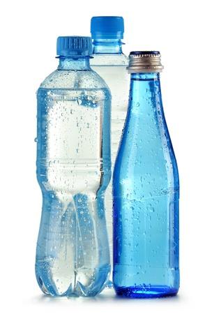 Flaschen Mineralwasser isoliert auf weißem Hintergrund Standard-Bild - 10788255