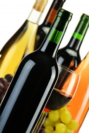 ソート: さまざまな種類のワインのボトルと組成